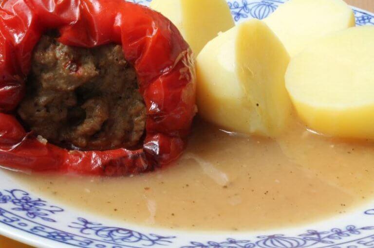 fyldt tomat og kartofler med sovs