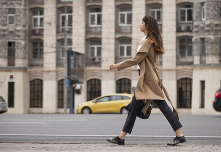 kvinde der går på gaden