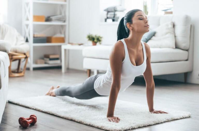 kvinde der laver yoga derhjemme
