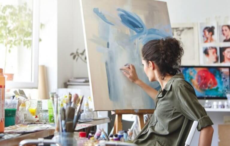kvinde der maler på et lærred