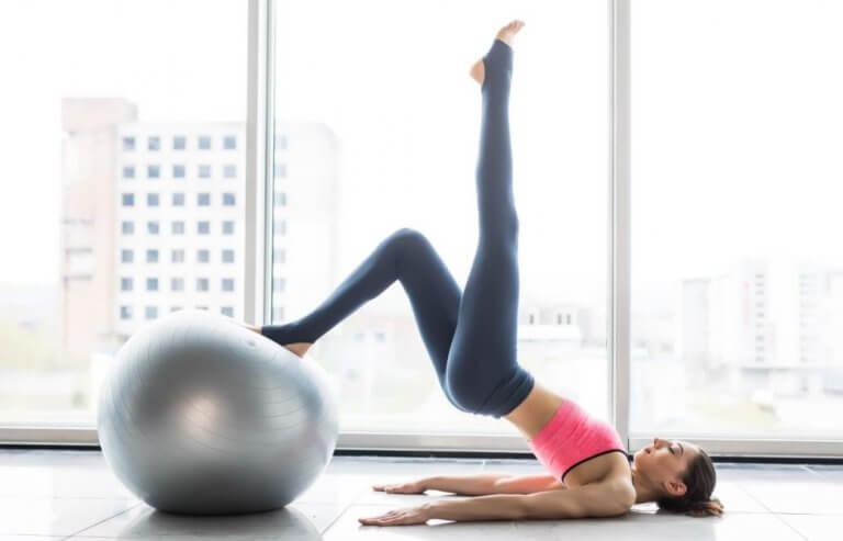 kvinde der laver yoga på en bold