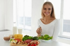 Woman eating healthy to avoid the rebound effect.