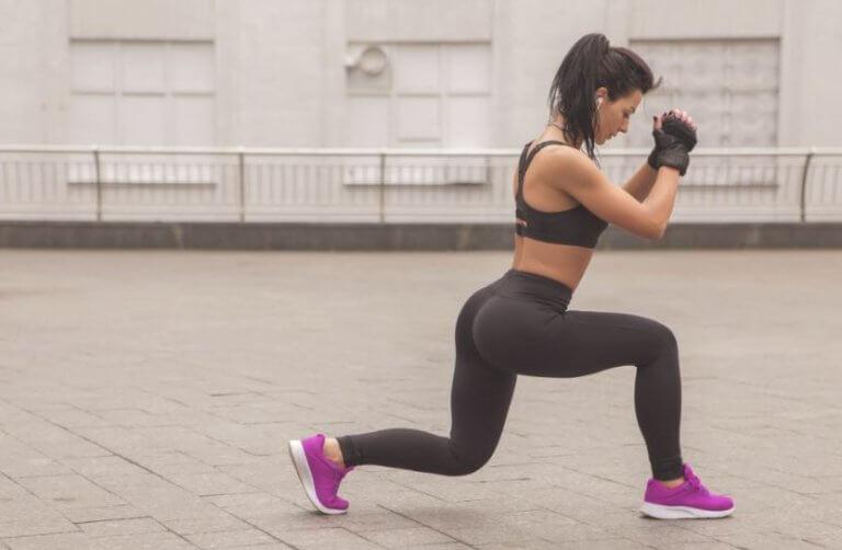 kvinde der laver split squats