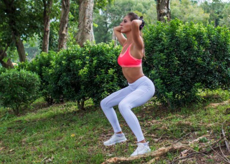 kvinde der laver squats udenfor