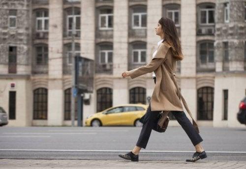 kvinde der går raske skridt på gaden