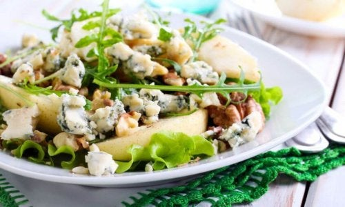 Cheese salad with arugula and apples