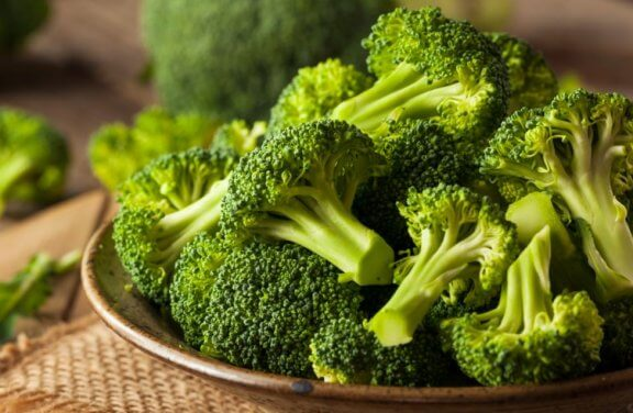 broccoli i buketter i en brun skål