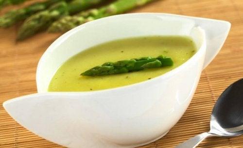suppe med grøn asparges på toppen
