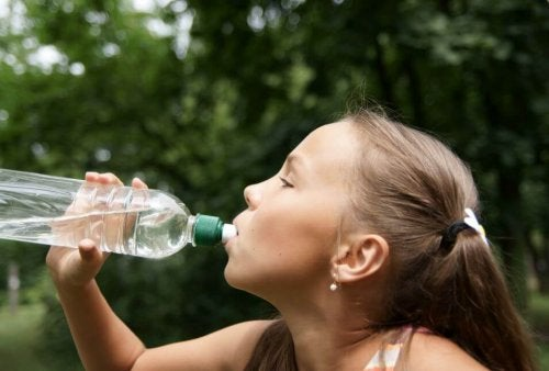 Young athletes drink water