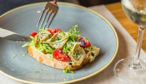 Toast with artichoke tomatoes and arugula