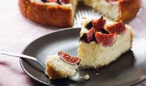 High-fiber recipes: fig and almond cake.