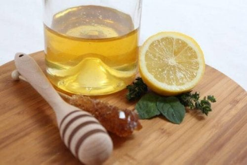 skærebræt med honning og citron