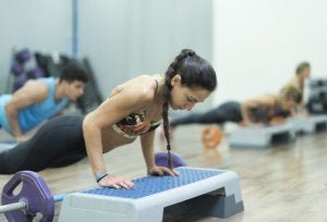 Arm exercises: woman doing incline push-ups.