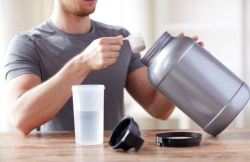 Types of creatine man in gray shirt with supplements