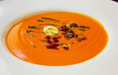 orange suppe med pynt på toppen