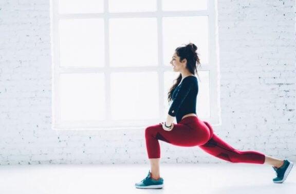 kvinde der laver split-squat