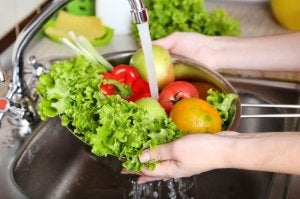 Washing fresh fruits and vegetables