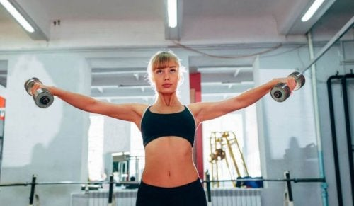 woman working out shoulders