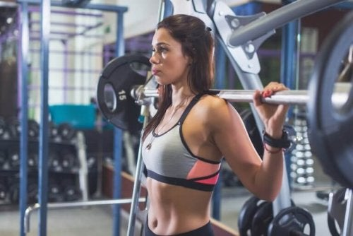 Woman training at the gym to avoid injuries