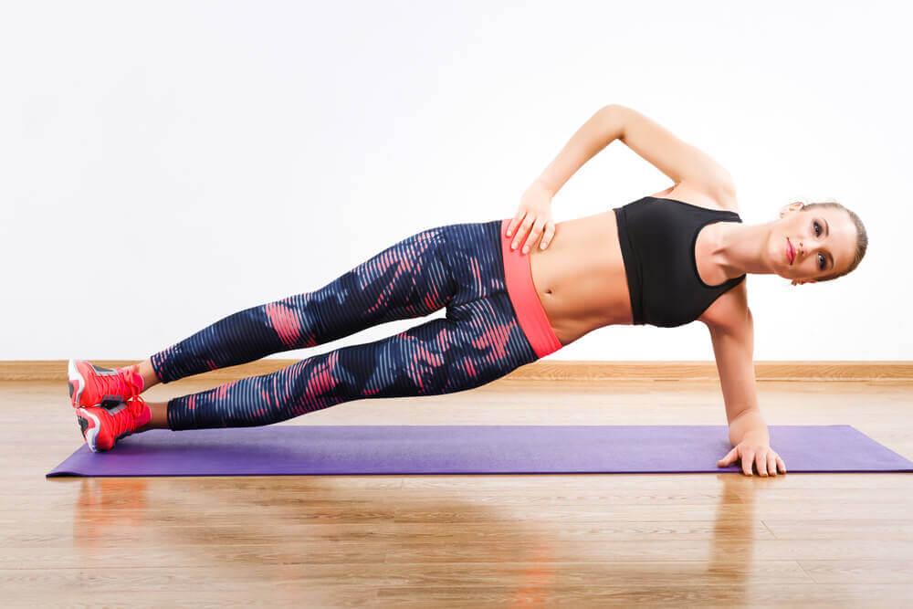 woman side plank abdomen exercise