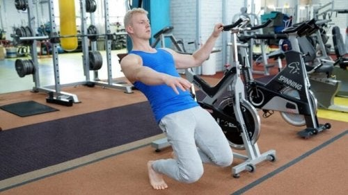Sissy squat is an exercise that demands balance and muscular strength.