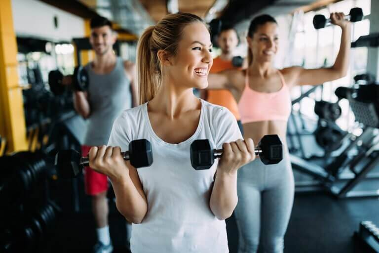 A woman training with a group of people to stay consistent with her workouts