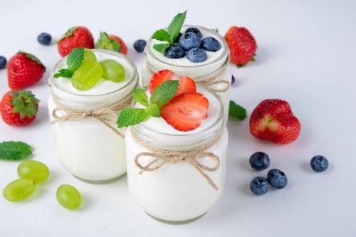 Yogurt is a beneficial food that contains prebiotics.