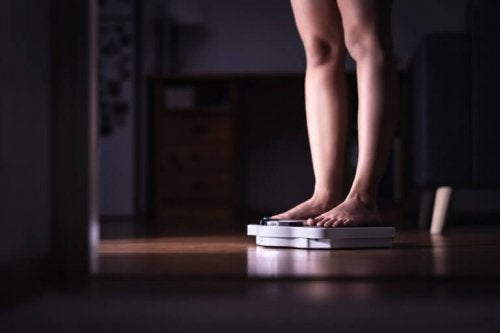 A person standing on a scale to support the text describing orthorexia.