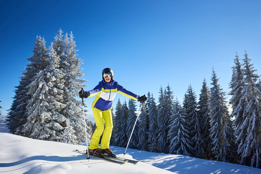 Woman doing cross-country skiing, one of the snow sports that demands greater resistance.