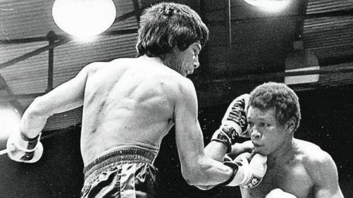 Carlos monzon one of the best argentinian athletes hitting an opponent.