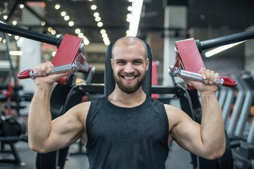 A happy guy lifting weights.