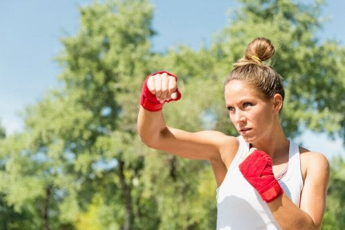 Boxing punches and taekwondo kicks to the rhythm of the music make for an extremely demanding exercise practice tae bo