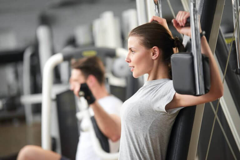 A woman doing strength training in the gym to prevent osteoporosis
