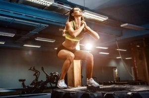 A woman doing CrossFit in the gym.
