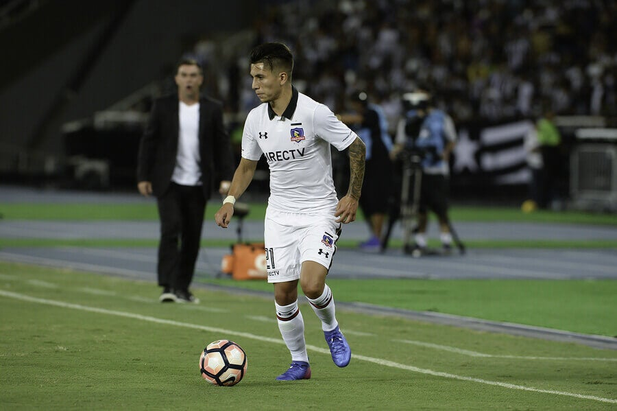 A Colo-Colo player during one of the classic encounters of Chilean soccer