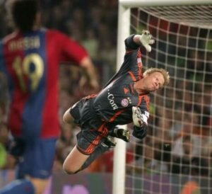 Oliver Kahn making a theatrical save which could be one of the personality traits of goalkeepers.