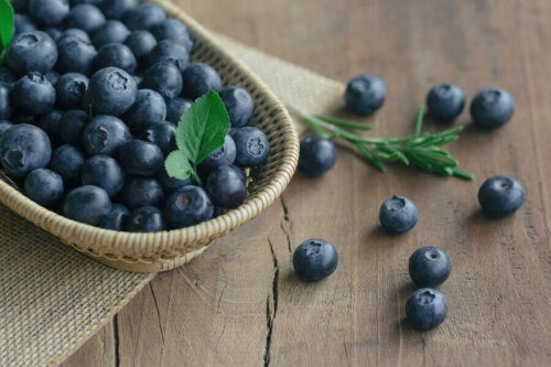 A cup of blueberries, a fruit rich in antioxidants.