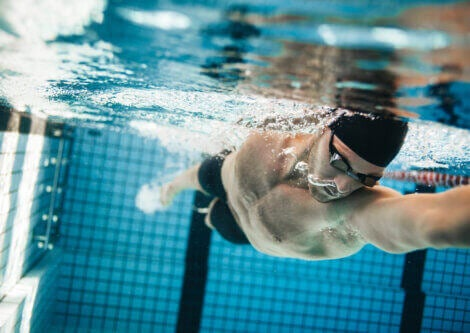 A swimmer practicing active apnea in a pool