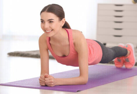 Planks are among the ideal exercises for cyclists to do at home