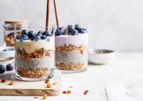 Yoghurt, granola, chia and blueberries
