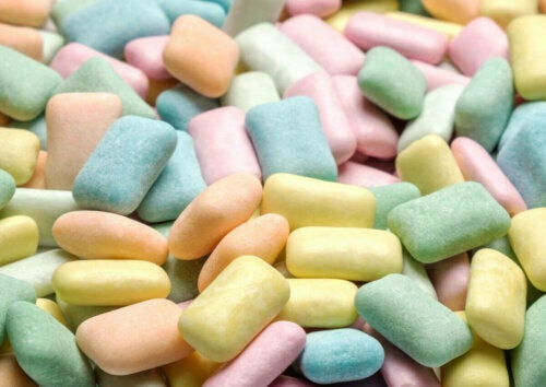 One of the main unhealthy foods that contain carbohydrates is candy. In this photo, a pile of sugary chewing gum.