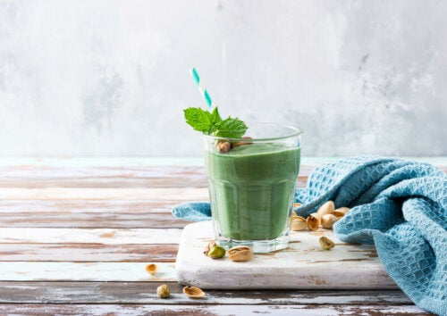 The health benefits of pistachios are great, and these nuts are very versatile. In this photo, a pistachio and spirulina smoothie.
