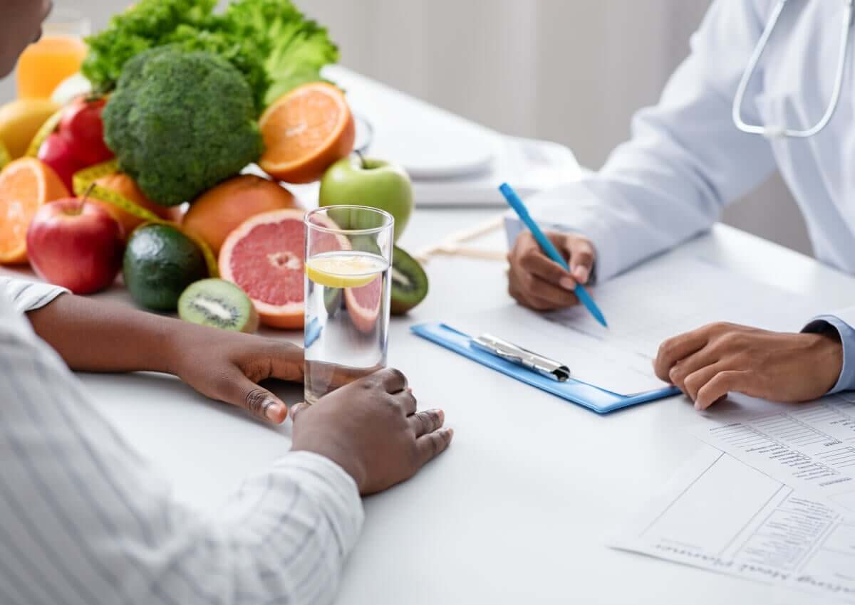 A nutritionist with a patient.